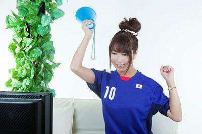 0231-japanese_female_supporter_watching_tv.jpg