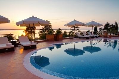 0388-swimming_pool_of_luxury_hotel.jpg