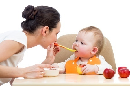 0512-young_mother_spoon_feeding_her_baby_girl.jpg