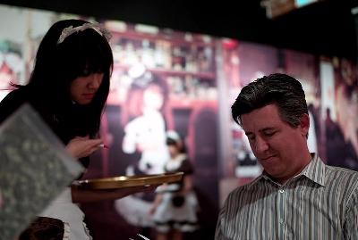 0213-waitress_and_daniel_suarez.jpg
