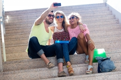 0323-three_university_students_taking_a_selfie_in_the_street.jpg