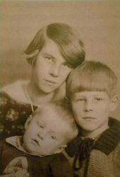 0496-tove_jansson_with_her_brothers.jpg